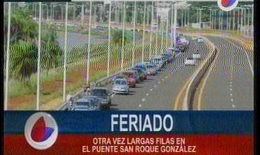 Feriado con largas filas en el puente San Roque González
