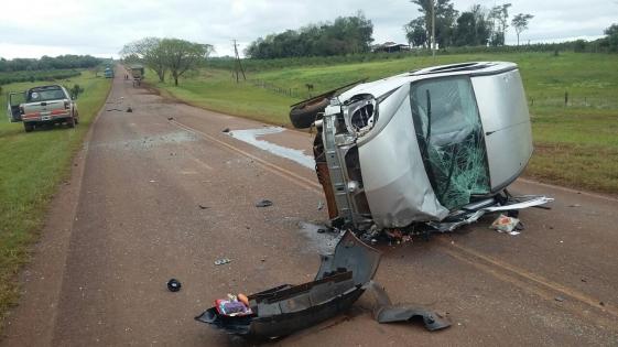 Azara: se cruzó de carril, chocó con un camión y volcó; dos heridos