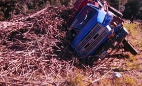 San Javier: volcó un camión cargado con caña de azúcar
