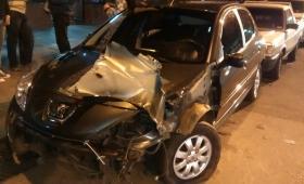 Colectivo chocó a un auto estacionado en Corrientes y Córdoba