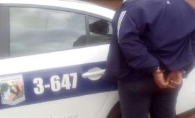 Intentó apuñalar a policías con un destornillador