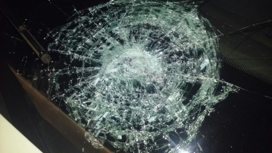 Jóvenes descontrolados destrozaron un móvil policial