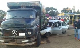 Incrustó el auto debajo de un camión y mató a su acompañante