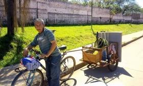 Recorre la ciudad con su bici-lavadero para alimentar a su nieto