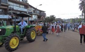 """El desfile no se mancha"": arrancó la 37º Fiesta Nacional del Inmigrante"