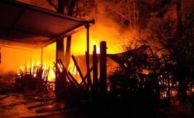 Brutal incendio dejó a 19 personas en la calle