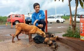 Impresionante: cadete les salva la vida a siete cachorros