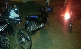 Se escapaban del control policial, y llevaban una moto robada