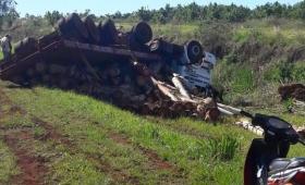 Volcó un camión cargado con madera en Liebig