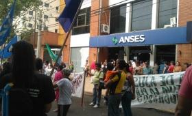 Protesta frente a la Anses