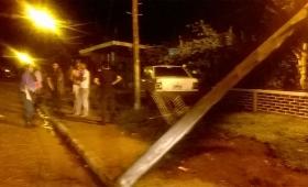 Detienen a un conductor ebrio, tras chocar su vehículo contra un poste de luz