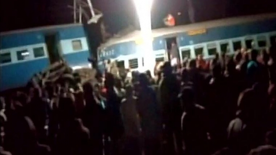 India: descarriló un tren; 32 muertos