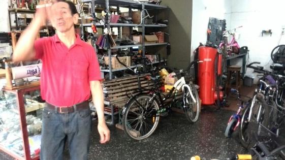 Vecino repara bicicletas para que sean donadas al Hogar de Día