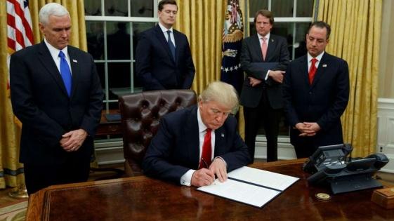 En su primer acto de gobierno Trump apuntó al sistema de salud de Obama