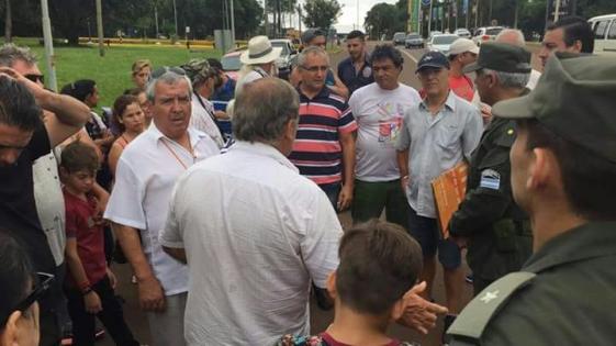 """Bloquean el puente en Iguazú por los """"nefastos y continuos cortes de luz"""""""