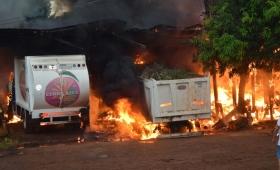 Voraz incendio en el corralón municipal de Cerro Azul