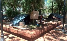 Cincuenta familias tareferas resisten en la plaza 9 de Julio