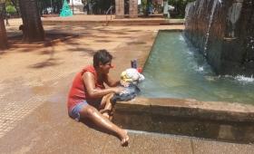#Postales: malabarista lava la ropa en plaza 9 de Julio