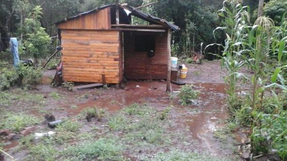 Bomberos rescataron a familia atrapada por el desborde del Arroyo Martín Chico