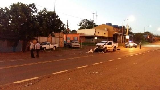 Camioneta chocó con un micro y una mujer está grave
