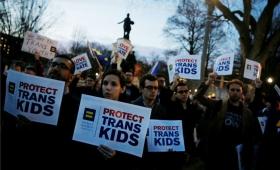 Trump revocó una norma que permitía a los alumnos transgénero elegir baño