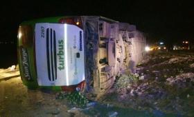 Tragedia en Mendoza: al menos 19 muertos al volcar un micro