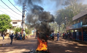Tras un corte de 96 horas, usuarios queman gomas frente a EMSA Iguazú