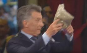 Macri recibió yerba mate en medio del discurso