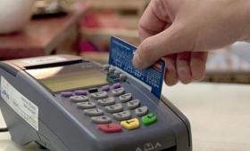 Desde este domingo, los comercios deben aceptar tarjetas de débito