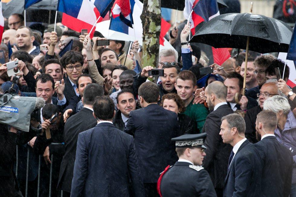 Macron asume la Presidencia y promete devolver la confianza a Francia