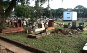 Presionado, Losada anunció un nuevo cementerio