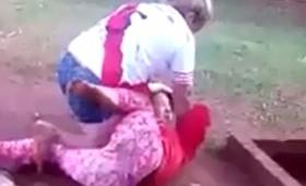 Video: golpea y somete a su hija frente a los vecinos