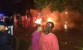 Inundados de Oberá cortaron una avenida y pasaron la noche en la Municipalidad