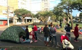 Vecinos del Barrio Néstor Kirchner siguen acampando frente al Iprodha