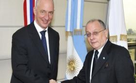 El canciller Faurie tuvo su primera reunión con el embajador británico