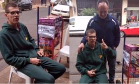 Joven con discapacidad se gana la vida vendiendo sahumerios