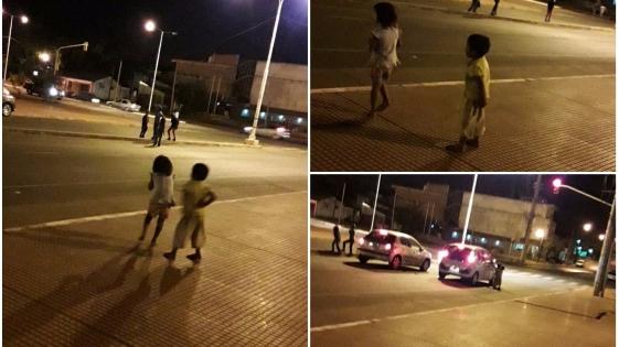Niños mbyas mendigan en Avenida Marconi
