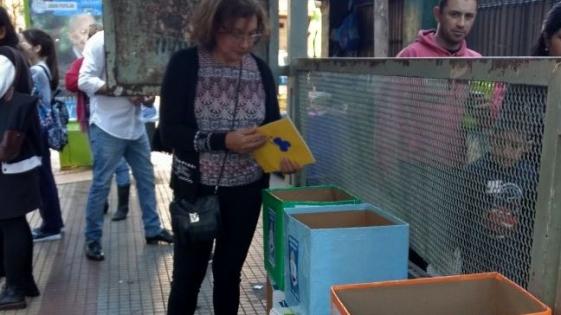 Incentivan la lectura prestando libros en las paradas de colectivo