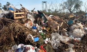 Vecinos amenazan con llevar basura frente a la casa de Losada