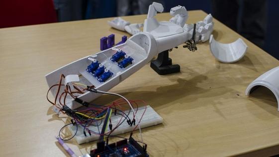 En 15 días, estudiante creó brazo electrónico de bajo costo