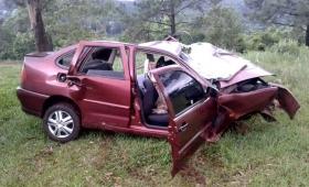 Viajaban 10 personas en un automóvil, despistaron y cuatro murieron