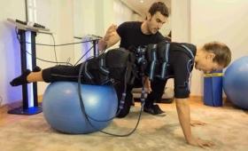 Una chica en terapia intensiva por practicar electrofitness