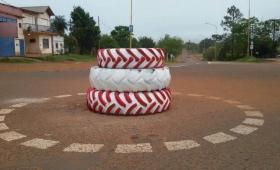 Inauguró una rotonda con tres gomas apiladas