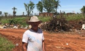 Denuncian que la municipalidad arroja basura bloquendo el ingreso a una granja