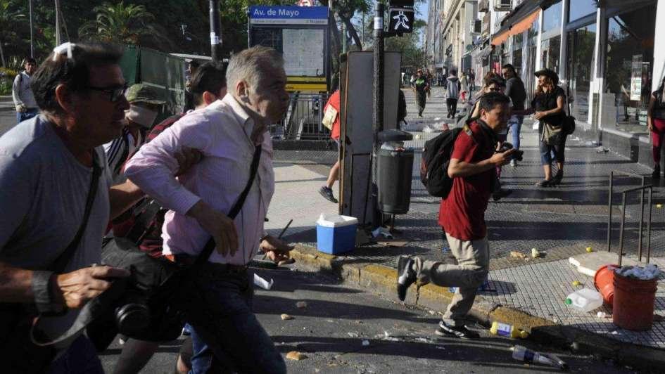 En medio de las protestas, agredieron al periodista Julio Bazán
