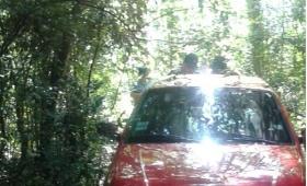 Encuentran un auto en el monte