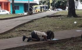 Escándalo nacional por la niña mbyá bebiendo agua de la calle