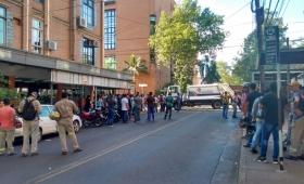 Municipales protestan por despidos y cortan calles