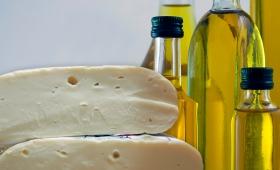 La Anmat prohíbe el consumo de un queso cremoso y un aceite de oliva
