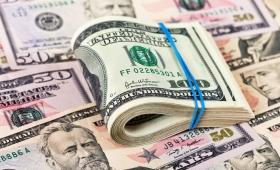 El dólar retrocedió 84 centavos y cerró en $24,67